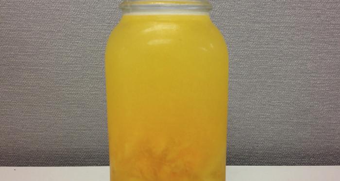 Água com limão e abacaxi